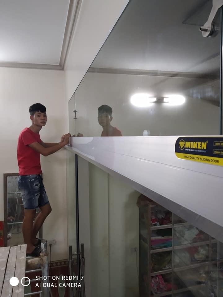 Cửa kính lùa ray treo nhôm - Kẹp kính không khoan lỗ