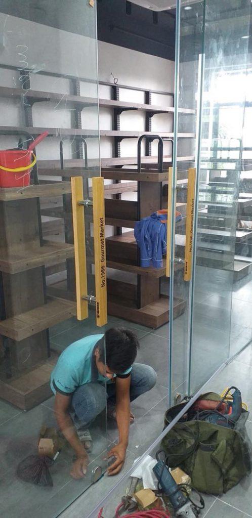 Công trình thi công lắp đặt tay nắm gỗ cửa kính in khắc logo, chữ theo yêu cầu