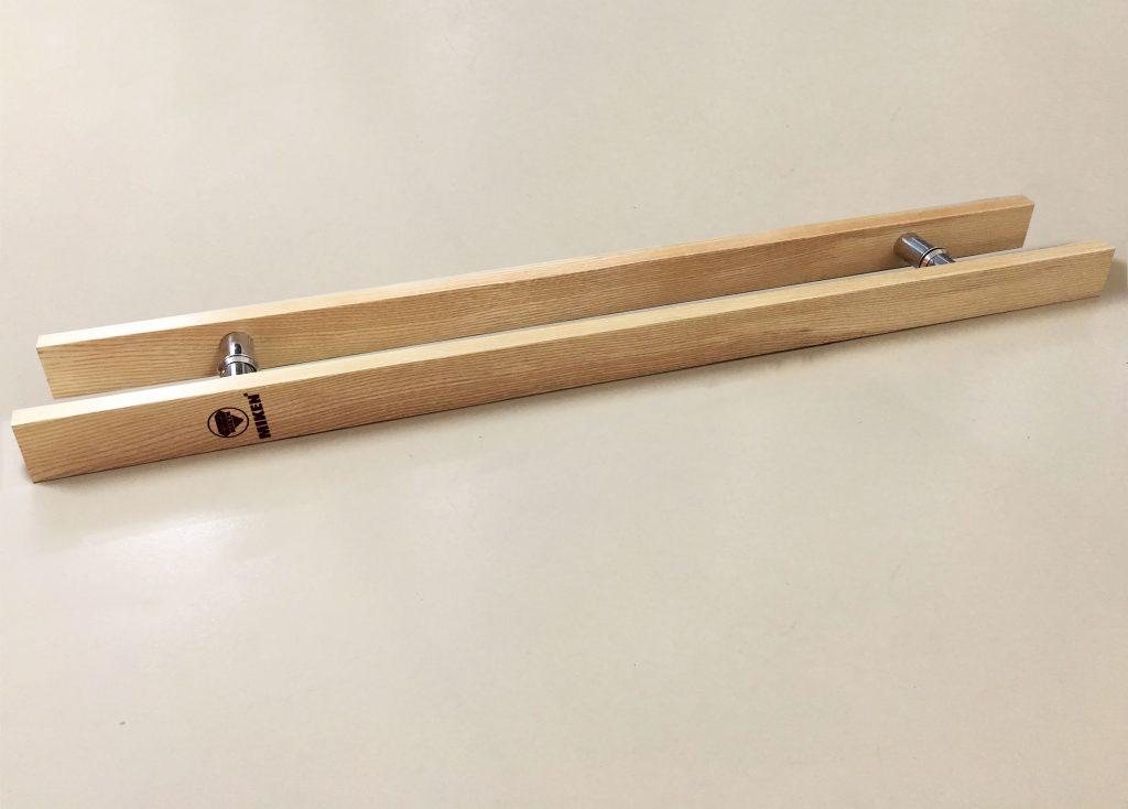 Bề mặt tay nắm cửa kính bằng gỗ được mài nhẵn, vân gỗ đẹp tự nhiên